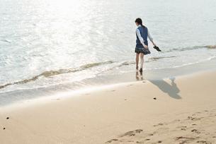 女子高生 海 裸足 歩く 影の写真素材 [FYI01820505]