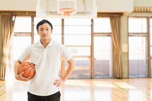 バスケットボール ミドル男性の写真素材 [FYI01820509]