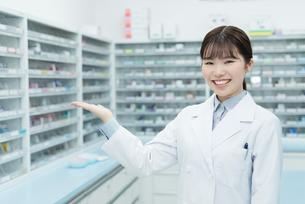 薬局 若い女性 薬剤師の写真素材 [FYI01820512]