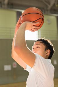バスケットボール ミドル男性の写真素材 [FYI01820542]
