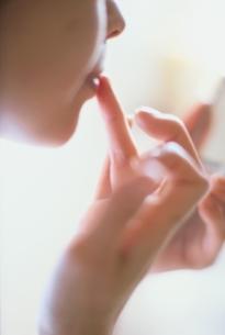 口紅を塗って化粧をする女性の写真素材 [FYI01820563]