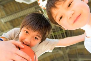 キッズ バスケットの写真素材 [FYI01820579]