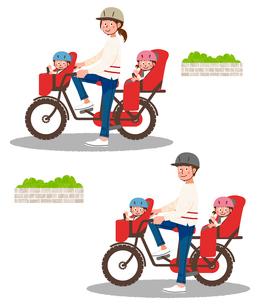 ヘルメットをかぶり、自転車に乗る親子のイラスト素材 [FYI01820589]