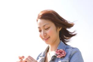 そよ風で髪がなびく女性の写真素材 [FYI01820592]