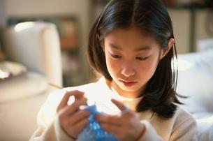 編み物をする日本人の女の子の写真素材 [FYI01820593]