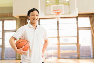 バスケットボール ミドル男性の写真素材 [FYI01820616]