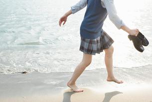 女子高生 海 裸足 はしゃぐの写真素材 [FYI01820622]