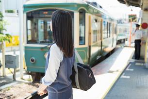 女子高生 通学 電車の写真素材 [FYI01820625]