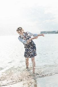 女子高生 海 裸足 はしゃぐの写真素材 [FYI01820628]