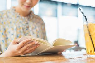 カフェで読書をする女性の写真素材 [FYI01820651]