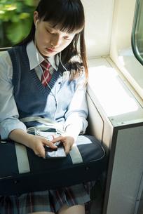 女子高生 通学 電車の写真素材 [FYI01820654]