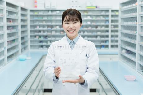薬局 若い女性 薬剤師の写真素材 [FYI01820665]
