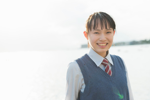 女子高生 海 裸足 はしゃぐの写真素材 [FYI01820667]