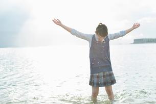 女子高生 海 裸足 はしゃぐの写真素材 [FYI01820679]