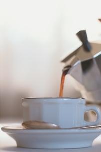 エスプレッソポットからカップに注がれるコーヒーの写真素材 [FYI01820711]