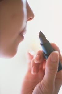 口紅を塗って化粧をする女性の写真素材 [FYI01820717]