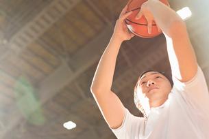 バスケットボール ミドル男性の写真素材 [FYI01820723]