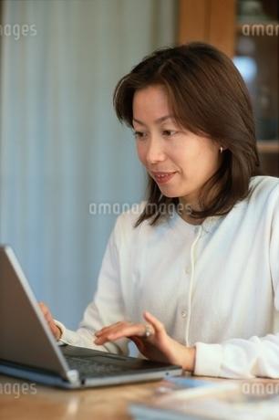 ノートパソコンに向かう日本人女性の写真素材 [FYI01820748]