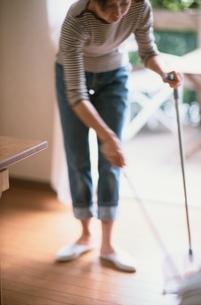 掃除をする女性の写真素材 [FYI01820759]