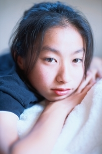 うつ伏せになる日本人女の子の写真素材 [FYI01820770]