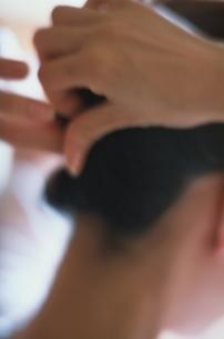 髪をアップにする手元の写真素材 [FYI01820771]