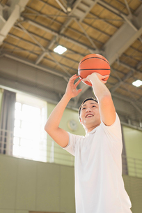 バスケットボール ミドル男性の写真素材 [FYI01820775]
