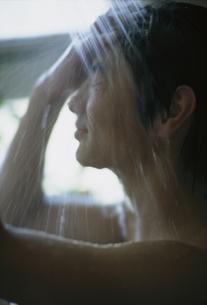 シャワーを浴びる日本人男の子の写真素材 [FYI01820860]