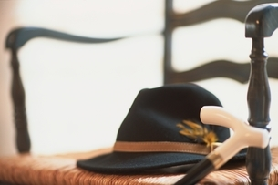 イスの上の帽子と杖の写真素材 [FYI01820861]