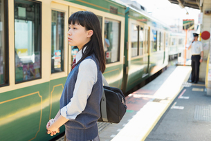 女子高生 通学 電車の写真素材 [FYI01820888]