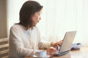 ノートパソコンに向かう日本人女性の写真素材 [FYI01820914]
