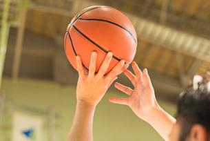 バスケットボール ミドル男性の写真素材 [FYI01820955]