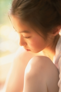 足を抱えて座る日本人の女の子の写真素材 [FYI01820962]