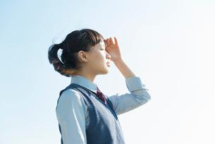 女子高生 海風 夕日の写真素材 [FYI01821034]