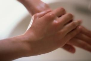 手を洗う女性 アップの写真素材 [FYI01821041]
