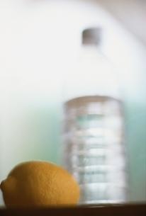 レモンとミネラルウォーターボトルの写真素材 [FYI01821082]