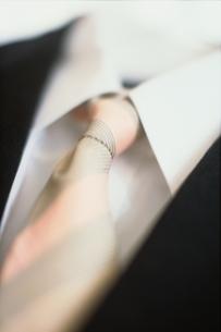 男性用スーツの上着とYシャツとネクタイの写真素材 [FYI01821116]