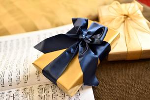 プレゼントと楽譜の写真素材 [FYI01821174]