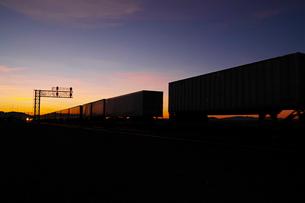 夜明け前の貨物列車の写真素材 [FYI01821179]