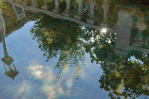 水面に写りこんだオシャレな建物と青空の写真素材 [FYI01821192]