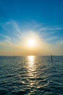 東京湾に伸びる江川海岸の海中電柱の写真素材 [FYI01821224]