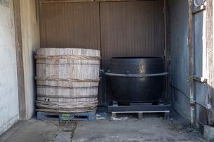 樽と鍋の写真素材 [FYI01821238]