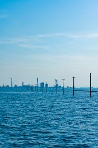 東京湾に伸びる江川海岸の海中電柱の写真素材 [FYI01821258]