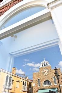 窓ガラスに写りこんだオシャレな建物の写真素材 [FYI01821270]
