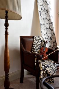 大きなスタンドライトと椅子の上にバイオリンがある部屋の写真素材 [FYI01821273]
