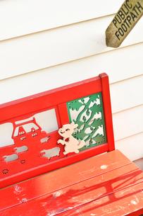 可愛い赤いベンチと白い壁の写真素材 [FYI01821359]
