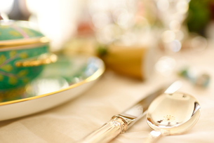 輝きのあるスプーンがひきたつテーブルコーディネートの写真素材 [FYI01821380]