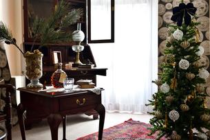 スタイリッシュなクリスマスの部屋の写真素材 [FYI01821399]