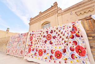 伝統的な刺繍スザニが干されている風景の写真素材 [FYI01821480]