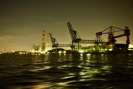 夜に輝く三井埠頭の写真素材 [FYI01821482]