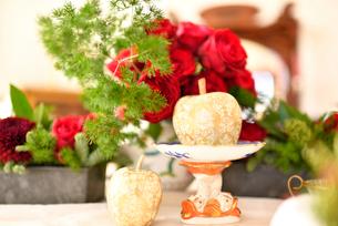 リンゴと赤いバラがあるテーブルコーディネートの写真素材 [FYI01821497]